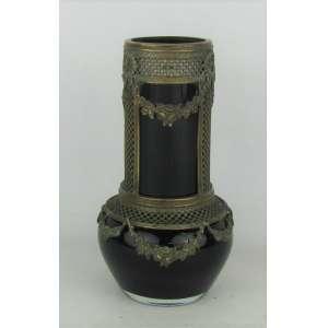 Vaso em cristal no tom rubi, com guarnições em metal dourado, com trabalhos de guirlandas e vazados. Alt. 17,5cm.