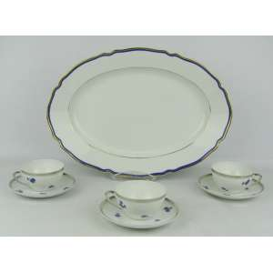 Conjunto de travessa e 3 xícaras em porcelana portuguesa, marca da manufatura Vista Alegre. Med. travessa 40x28 cm.