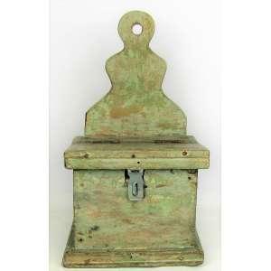 Antiga esmoleira em madeira patinada. Fechadura não é original. Med. 32,5x18,5x15 cm.