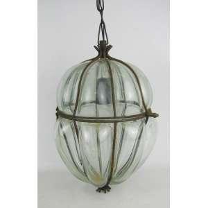 Luminária de teto para uma luz, em vidro translucido, com trabalhos de largos gomos em relevo. Guarnições em metal com marcas do tempo. Med. 29,5x22,5x20cm.
