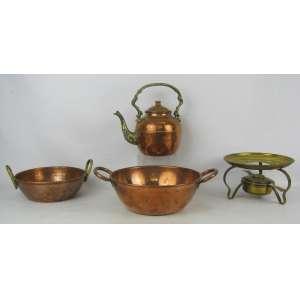 Quatro peças, sendo 3 em cobre: chaleira, 2 bowls e richaud em metal dourado. Alt. maior e menor 21 e 10 cm.