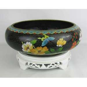 Cachepot em cloisoné na cor preta, com decoração floral e arabescos em policromia. Acompanha peanha em madeira patinada de branco. Med. total 15,5x30 cm.