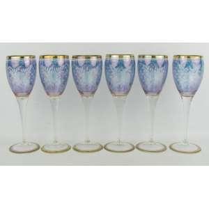 Seis taças em cristal, na tonalidade azul, decoradas com flores, folhas e geométricos em satiné. Frisos em dourado. Alt. 21 cm.