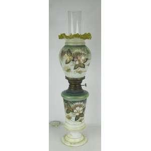 Luminária de mesa na forma de lampião em vidro opalinado e decorado com pintura floral em policromia e detalhes em dourado. Cúpula em babados. Alt. 50,5 cm.