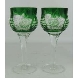 Duas taças em cristal na tonalidade verde, com lapidações dedão, cachos de uva e folhas de parreiras. Corpo oitavado. Alt. 13,5 cm.