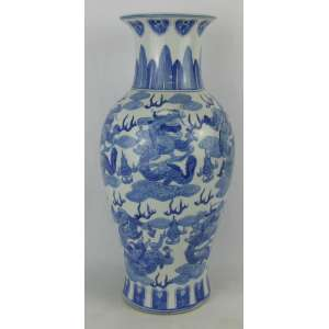 Vaso em porcelana chinesa, com decoração de dragões, folhas e arabescos em tons de azul. Alt. 46,5cm.