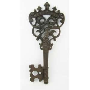 Grande chave decorativa em fer forge, decorada com trabalhos de folhas, flores, gomos, volutas, leão e vazados. Comp. 43,5cm.