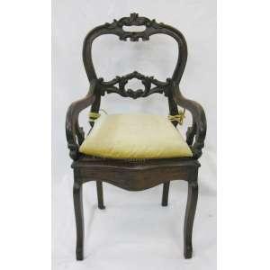 Cadeira de braços em madeira, entalhada. Encosto vazado. Assento em palhinha. Pernas recurvas. Med. 93,5x59x46cm.