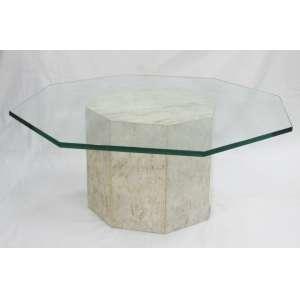Mesa de centro com tampo e base oitavados, sendo o tampo em blindex e a base em mármore. Med. 34x84x84cm.