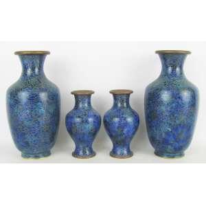 Dois pares de vasos em cloisoné com decoração floral em tons de azul. Alts. 20,5 e 12,5cm.
