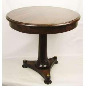 Mesa de apoio em madeira nobre, tampo circular encimado com vidro levemente bisotado na borda. Coluna torneada terminando em base tripóide com delicadas guarnições em bronze. Med. 76x80cm.