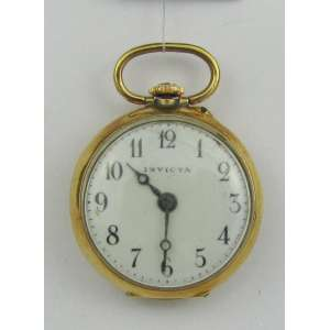 Relógio de bolso em ouro 18k, manufatura Invicta, tendo na tampa de trás pequenos brilhantes, faltam 2. Funcionando. Alt. 3,5 cm. Peso total 13,7 g. Este item não se encontra no local do leilão.