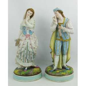 Belo e antigo par de esculturas em biscuit europeu, finamente policromado, representando Casal de nobres. Peças com ricos detalhes. Alt. 33,5cm.