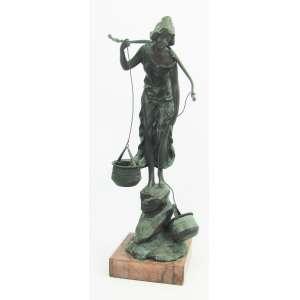 Victor Seifert (1870-1953) - Bela escultura alemã em bronze, circa de 1905, representando Aguadeira. Base em mármore com discretos bicadinhos. Peça assinada e apresenta inscrições no bronze. Artista de cotação internacional, citado em diversos livros. Alt. total 39cm.