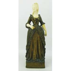Escola Francesa - Antiga e bela escultura em bronze e marfim, representando Dama antiga. Peça executada com finos detalhes. Alt. 21,5 cm.