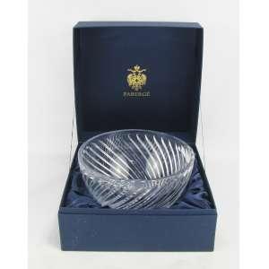 Fabergé - Belíssimo centro de mesa em cristal russo, com marca da Cristallerie na borda, decorado com lapidações de sulcos e gomos em relevo formando espiral. Na caixa. Med. 15x25cm.