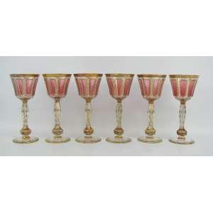 Seis belas taças em cristal tcheco no tom rose, com lapidações de sulcos e facetados. Decoradas com ricos detalhes em dourado. Alts. 16,5cm.