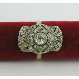 Antigo anel art-deco em ouro amarelo 18k e platina, com brilhante central de aproximadamente 1kt e diversos diamantes. Este ítem não se encontra no local do leilão.