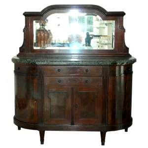 Antigo Buffet DEMI-LUNE em madeira de lei, tampo em grosso mármore verde. Duas gavetas e duas portas no frontão, com prateleira interna. Duas portas nas laterais com prateleira interna. Espelho em cristal bisotado com sinais de idade. Medidas: 168x156x61 cm.
