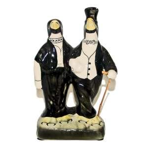 Antigo casal de pinguins de geladeira, Vintage 1940 .Em louça, porcelanizada e pintada a mão. Bengala em vime. Medidas: 25x17x 12 cm.