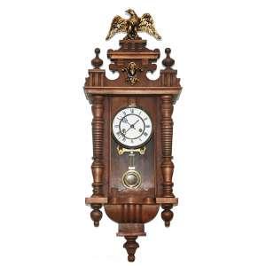 AMERICAN HAMBURG CLOCK COMPANY. ( GERMANY, 1874-1930) Mostrador esmaltado, numerais romanos. Relógio de parede. Acrescido de adorno e encimado por águia.<br />Medidas: 80X34X18 CM.