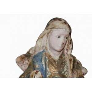 Imagem de SANT' ANA GUIA ou SANT'ANA CAMINHANTE, MINAS GERAIS, Século XIX. Olhos de vidro. Madeira entalhada, carnada, e policromia. FATURA POPULAR: Sant'Ana está de pé, em posição frontal, com a cabeça inclinada para direita, o braço esquerdo vai em direção de Nossa Senhora Menina:A desproporção da figura de MARIA , em relação a ANA, assinala a origem popular e não erudita dessa delicada escultura de cunho devocional. MARIA segura o livro rente ao corpo e tem cabelos sem véu. Sob a indumentária, aparece a ponta dos pés de Sant'Ana. Os panejamentos são movimentados, destacando-se a decoração pictórica da face posterior do manto de Sant'Ana, resolvido em grandes mancheteados. A base é retangular e chanfrada de um lado só. No estado: Falta a mão direita de ambas. MEDIDAS:: 22 x 11x 8 cm.