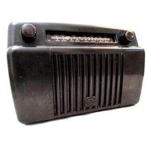 The Mullard Radio Valve Co. Ltd. of Southfields, London - Since 1920- RÁDIO VALVULADO, CAIXA BAQUELITE, DESIGN STREAMLINE. MEDIDAS: (18x25x12 cm.<br />HISTÓRICO: The Mullard foi fundado em 1920 pelo capitão Stanley R. Mullard. Formou parceria com a fabricante holandesa Philips e vendeu todas as suas ações em 1927. A Philips continuou a usar a marca Mullard no Reino Unido até 1988. A empresa produzia componentes incluindo válvulas e transistores, bem como produtos como rádios e televisores. <br />FONTE:https://www.radiomuseum.org/dsp_hersteller_detail.cfm?company_id=687