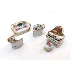 Lote com miniaturas em porcelana. LIMOGES -FRANCE- sala de estar. Com policromia e pintura a ouro. (6) peças. Altura: 1,5 cm.