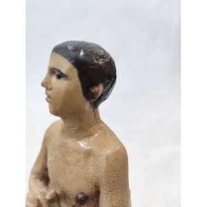 Imagem de SÃO MANUEL , antiga escultura em gesso policromado. O Santo é apresentado em sua postura de martírio de mãos postas com olhar fito aos céus. Cravos de ferro saem-lhe pelas orelhas e mamilos. O elmoaos pés, lembra sua posição de soldado. Assente sobre base simulando relva. Medidas:30x11x10 cm.<br /><br />DA DEVOÇÃO: EMBAIXADOR DA PÉRSIA E ADVOGADO DA PACIÊNCIA- Viveu por volta de de 340 a 362; nasceu na cidade de Ctesiphonte, na Pérsia, hoje Irã, então governada por Sapor II,<br />terrível inimigo dos cristãos. Seu pai era o Arqui-mago e sacerdote dos ídolos, mas permitia que sua mulher, cristã, educasse os filhos no cristianismo. Manoel foi enviado a Constantinopla, junto com seus irmãos Ismael e Sabel, para assinar um Tratado de Paz entre sua pátria, a Pérsia e o Império Romano. Baltano, que governava Constantinopla, enviou-os à Roma para tratar diretamente com o Imperador Juliano. O Imperador Juliano recebeu Manoel e seus irmãos com honras de Estado em seu palácio, tentando seduzi-los à suas crenças por meio do luxo, mas diante da recusa dos embaixadores cristãos a prestar culto ao Sol e a outros deuses pagãos, ordenou que lhes fosse imposta a pena a que eram condenados os cristãos: <br />o martírio. Sendo Manoel o primogênito, foi atravessado com um cravo de ferro em cada ombro e outro atravessou-lhe de ouvido a ouvido.<br />Seguiu-se à morte dos santos um forte tremor de terra que soterrou seus corpos antes que fossem reduzidos a cinzas, como queria Juliano. Methaphraste escreve, em 17 de junho, a vida de São Manoel e, em sua obra, conta como se propagaram os inúmeros milagres atribuídos ao Santo. Todo o oriente toma conhecimento da vida gloriosa de São Manoel, o Padroeiro dos diplomatas. E pela ressonância, em toda a Europa, especialmente em Portugal, onde seu nome é hoje o mais adotado pelos portugueses. História escrita pelo padre Manoel Rodrigues de Faria (Lisboa, 1846) e dedicada ao 5o. Marquês de Pombal, Manoel José de Carvalho Melo Daum DÁlbuque