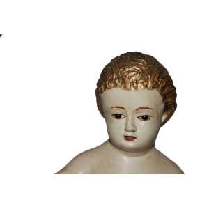 IMAGEM DO MENINO DEUS PORTO- PORTUGAL- SÉCULO XIX. Fatura erudita: Olhos de vidro. Talhado em cedro carnado e policromad, cabelo em folha de ouro. Base quadriplóide folhada a ouro. No estado: falta-lhe os atributos em prata. Medidas: 33X14X13 cm.