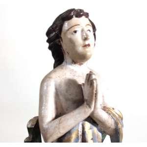 IMAGEM DE SÃO MANUEL-MINAS GERAIS-SÉCULO XIX- antiga escultura em madeira de cedro, carnada e policromada. faixas em ouro no perizôneo. O Santo é apresentado em sua postura de martírio de mãos postas, no entanto tem o semblante plácido, olhar ingênuo fita os céus. Cabelos em rolos emolduram o rosto. Os cravos de prata já não se encontram, mas as orelhas sangram. Assente sobre base faiscada e marmorizada. No encosto galhada rMedidas:25X9X9 CM.<br />DA DEVOÇÃO: EMBAIXADOR DA PÉRSIA E ADVOGADO DA PACIÊNCIA- Viveu por volta de de 340 a 362; nasceu na cidade de Ctesiphonte, na Pérsia, hoje Irã, então governada por Sapor II,<br />terrível inimigo dos cristãos. Seu pai era o Arqui-mago e sacerdote dos ídolos, mas permitia que sua mulher, cristã, educasse os filhos no cristianismo. Manoel foi enviado a Constantinopla, junto com seus irmãos Ismael e Sabel, para assinar um Tratado de Paz entre sua pátria, a Pérsia e o Império Romano. Baltano, que governava Constantinopla, enviou-os à Roma para tratar diretamente com o Imperador Juliano. O Imperador Juliano recebeu Manoel e seus irmãos com honras de Estado em seu palácio, tentando seduzi-los à suas crenças por meio do luxo, mas diante da recusa dos embaixadores cristãos a prestar culto ao Sol e a outros deuses pagãos, ordenou que lhes fosse imposta a pena a que eram condenados os cristãos: <br />o martírio. Sendo Manoel o primogênito, foi atravessado com um cravo de ferro em cada ombro e outro atravessou-lhe de ouvido a ouvido.<br />Seguiu-se à morte dos santos um forte tremor de terra que soterrou seus corpos antes que fossem reduzidos a cinzas, como queria Juliano. Methaphraste escreve, em 17 de junho, a vida de São Manoel e, em sua obra, conta como se propagaram os inúmeros milagres atribuídos ao Santo. Todo o oriente toma conhecimento da vida gloriosa de São Manoel, o Padroeiro dos diplomatas. E pela ressonância, em toda a Europa, especialmente em Portugal, onde seu nome é hoje o mais adotado pelos portugueses. História es