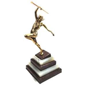 Pierre le Faguays<br />Escultura ART DECO em bronze representando mulher arremessando lança. <br />Base em Ônix e mármore. <br />Medidas:34x22x22 cm. Peso:3.800 g.<br /><br />Pierre le Faguays , nasceu em Rezé em 1892 e morreu em8 de setembro de 1962em Paris , é um escultor francês de estilo Art Déco .<br /><br />Biografia<br />Estudou na École des Beaux-Arts de Genebra. Trabalhou com Max Le Verrier, Susse e Etling.<br /><br />Participou do Salão da Société des Artistes Français em 1922. Recebeu menção honrosa em 1926 e1927. <br /><br />Fundou o grupo, Stèle et evolution.<br /><br />Usou pseudônimos como Guerbe e Fayral, sobrenomes de sua mãe e de sua esposa. <br /><br />Apresentou, em Paris, dois grupos de esculturas no pavilhão de A. Goldscheider, na Exposição de Artes Decorativas e Industriais. <br /><br />Participou como designer de interiores com dois baixos-relevos monumentais para a sala de aviação civil durante a Exposição Especializada de 1937 em Paris.<br /><br />A agência de decoração Olivier Berni Intérieurs doou uma escultura de Pierre le Faguays ao Musée La Piscine em Roubaix em 2014 . Esta escultura, que é uma terracota, é chamada deO Pensador . Foi produzido na década de 1930<br /><br />Bibliografia<br />Bryan Catley, Art déco e outras figuras , Clube de colecionadores de antiguidades, 2003,<br />Benezit , Dicionário de Pintores e Escultores , p.426<br />