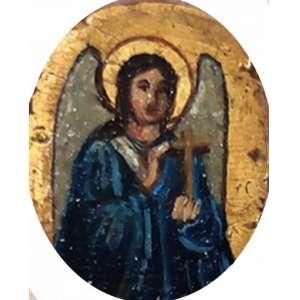 Ícone em miniatura, ARCANJO GABRIEL. Pintura sobre madeira, folha de ouro. RÚSSIA, século XIX. Moldura em celuloide e tecido:<br />12 x 12 cm.<br />SIGNIFICADO: Deus é poderoso; Spiritus Sanctus superveniet in te<br />No Cristianismo Ortodoxo Oriental, o dia seguinte a FESTA DA ANUNCIAÇÃO, torna-se a SYNAXISDO ARCANJO GABRIEL, O ANJO DA ANUNCIAÇÃO. <br />ICONOGRAFIA: Como os Anjos são seres incorpóreos, embora assumam a forma humana quando aparecem para a humanidade, pode ser difícil diferenciar um do outro em ícones.<br />No entanto, Gabriel geralmente é retratado com certas características distintas. Ele normalmente usa roupas azuis ou brancas; ele segura um lírio (representando o Theotokos), uma trombeta, uma lanterna brilhante, um ramo do Paraíso apresentado a ele pelo Theotokos, ou uma lança em sua mão direita e muitas vezes um espelho - feito de jaspe e com um Χ (o primeira letra de Cristo (Χριστος em grego) - em sua mão esquerda.<br />Ele não deve ser confundido com o Arcanjo MIGUEL, que carrega espada, escudo, galho de tamareira e, na outra mão, uma lança, estandarte branco (possivelmente com cruz escarlate) e tende a usar vermelho. A missão específica de Michael é suprimir os inimigos da verdadeira Igreja (daí o tema militar), enquanto a de GABRIEL é anunciar a salvação da humanidade.