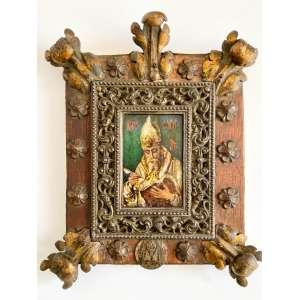 SANTO AMBRÓSIO - ÍCONE RUSSO DATADO DE 1837. INSCRIÇÕES EM ALFABETO ARCAICO-GLAGOLÍTICO, FRENTE E VERSO. PINTURA A ÓLEO SOBRE FOLHA DE FLANDRES. Moldura original em metal branco, madeira, apliques em bronze, fer forgé. Selo acrescentado no canto inferior: Símbolo dos HISTORIADORES, FILÓSOFOS, E TEÓLOGOS. Medidas: 23,5 X 20 X 6 CM.<br />