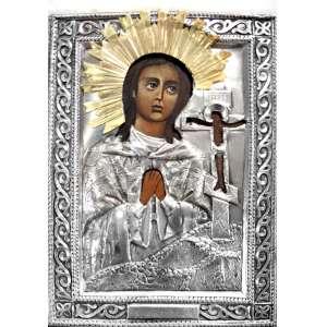 ÍCONE RUSSO - SANTA HELENA DE CONSTANTINOPLA.<br />Século XIX. <br />Pintura sobre madeira,Oklad em cobre rebatido e cinzelado, banho de prata. Resplendor com banho de ouro. Segura a relíquia da CRUZ DA TERRA SANTA.<br />Medidas: 16 x 12 x 2 cm.<br />DA DEVOÇÃO: Flávia Júlia Helena (Drepanon, 250 - Constantinopla, 330 D.C.),foi esposa do Imperador Romano Constâncio Cloro, mãe de Constantino e responsável por sua conversão ao Cristianismo. faleceu aos 80 anos. Seu corpo foi trasladado para Constantinopla e colocado na cripta da Igreja dos Apóstolos. Mais tarde, seus restos mortais foram transferidos para a Abadia de Hautvillers, em Reims, França, em 849. Hoje, os restos mortais de Santa Helena estão em Roma, no Vaticano. Ela passou a ser reverenciada como santa logo após sua morte. Sua veneração se expandiu até nos países do Ocidente.