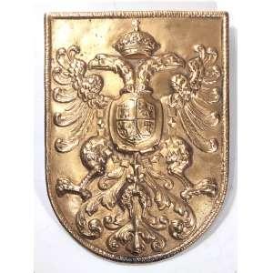 ANTIGO BRASÃO DE ARMAS DO REI CARLOS V Imperador Romano-Germânico,<br />Rei da Germânia e Itália (1500-1558). Metal branco, banho de ouro. Dois parafusos no verso, para fixação. Peso: 1,650 kg. Medidas: 18 x 24 cm.<br /><br /><br />Escudo de formato ibérico onde se apoia uma Águia Bicéfala com as garras vazias (Sinal de que não porta cetro nem orbe). Timbre de coroa real (possivelmente dentro da linha de sucessão, em razão da cruz sob o orbe no topo). Ao centro, um escudo menor, dividido em quatro quadrantes, sendo os basilares fendados ao centro de onde surge uma figura uma Romã, em espanhol: GRANADA.<br />Primeiro quadrante (C.S.E.) ostenta uma torre, o segundo quadrante (C.S.D.) um Leão Rampante com a face voltada para a esquerda. repetindo-se diagonalmente nos quadrantes inferiores. <br />Pendendo das asas da águia bicéfala, em torno do escudo menor, nota-se um colar: A Insigne Ordem do Tosão de Ouro, ou Velocino de Ouro.<br /><br />