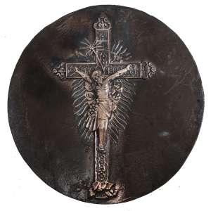 MIGUEL LANGONE.- Medalhão em bronze, década de 1930, assinado pelo escultor italiano Miguel Langone - 14/04/1892<br />Placa em bronze circular com imagem sacra de CRISTO CRUCIFICADO, ESTILO BARROCO. Medidas: 20,5 cm de diâmetro.