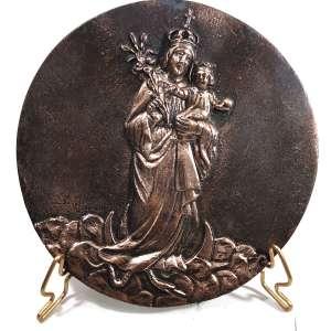 MIGUEL LANGONE.- Medalhão em bronze, década de 1930, assinado pelo escultor italiano Miguel Langone - 14/04/1892<br /> Placa em bronze circular com imagem de NOSSA SENHORA DA SAÚDE . Medidas: 16,5 cm de diâmetro.<br /><br />SIGNIFICADO:<br />O manto simboliza o céu e a intercessão divina em nossa saude com a luz em teus pés, o menino jesus simboliza o remedio dos remédios, portador da saude por excelência com uma túnica representando a pureza. <br />O ramo simboliza a saúde aspergida sobre o povo, uma alusão ao SALMO 51:7 ''Aspergir-me com um ramo e ficarei limpo, lavai-me e ficarei tão branco como a neve.'' <br /><br />Padroeira de muitas cidades sua intercessão é invocada pelo povo nos momentos de enfermidade.