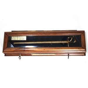 Importante Espada de Artigas, em estojo. Medidas estojo: 5 x 31 x 10 cm. Medidas Espada: 2,5 x 24 x 4,5 cm.<br /><br />Importante e histórico ícone da liberdade na América Latina.<br /><br />Recebida como membro da Loja Maçônica dos Tenentes de Artigas, que detinham em seu quadro militares de alta patente para decidir os rumos da Pátria.<br /><br />Com 2 chaves era como uma espada flamígera militar utilizada num rito nacionalista representando a autoridade moral, usada pelo Venerável Mestre como símbolo do poder criador.<br /><br />Placa gravada: <br />EL JEFE DEL E.M.E. DEL URUGUAY - GENERAL HUGO M. MEDINA - AL JEFE DE DEP. DE ENSINO Y PESQUISA - GEN. EX. GERALDO ALVARENGA NAVARRO, 8 OCTUBRE 1981 <br /><br />No quadro das negociações militares e civis para o fim da ditadura, Medina foi o principal ator aberto ao diálogo nas Forças Armadas Uruguaias, sobrepondo sua posição liberal acima do presidente Gregorio Álvarez da linha dura.<br /><br />Em junho de 1984, assumiu o posto de Comandante-em-Chefe do Exército ano da realização de eleições. Ato que induziu outras ditaduras na América Latina à volta da democracia, como acontecido no Brasil em 15 de março de 1985.<br /><br />https://es.wikipedia.org/wiki/Logia_de_los_Tenientes_de_Artigas<br /><br />https://es.wikipedia.org/wiki/Hugo_Medina<br />