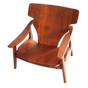 """SERGIO RODRIGUES (1927-2014). <br />Poltrona DIZ em madeira clara maciça.<br />Arremedo fidedigno sem marca de fabricação.<br />Dimensões: 78 x 86 x 72 cm.<br /><br />Espaldar abaulado. Braços ligeiramente arqueados afinando em ambas extremidades. <br />Assento encurvado. Pernas torneadas. Em 2006 esta poltrona recebeu o primeiro lugar no 20 Prêmio Design do Museu da Casa Brasileira. Possui ínfimos desgastes do tempo, reeditada em diversa ocasiões. Década de 1950. Localizada na página 114 do livro Arquitetura e Design. Sergio Rodrigues por Adelia Borges.<br /><br />Poltrona Diz - Marcada por linhas esculturais, elegante e visualmente leve é excepcionalmente ergonômica. As linhas onduladas e orgânicas são uma progressão natural da estética de Sergio Rodrigues.<br />Moldura de madeira maciça. Assento e encosto em contraplacado.<br /><br /><br /><br />Sergio Rodrigues, famoso designer brasileiro, considerado o percursor do design de mobiliário brasileiro, que deixou um legado impressionante na cena de design de móveis.<br /><br />Em 1957 desenhou a Poltrona Mole o que provocou uma revolução em sua carreira e na história do designer de móveis do país. Quase 50 anos após, em 2001, é a vez da Poltrona Diz. O conceito novamente foi criar uma cadeira bastante confortável, mesmo que toda feita de madeira.<br /><br />O mais interessante que cinquenta anos depois, ela possui a mesma bossa nova, o mesmo brasileirismo e recebeu o prêmio do Museu da Casa Brasileira.<br /><br />Em 2007, Sergio Rodrigues disse: <br />A Poltrona Diz de madeira e tão confortável como uma poltrona mole.<br /><br />""""TRATAR A MADEIRA COM AMOR É PERPETUAR NO PRODUTO O ESPÍRITO DA FLORESTA.""""<br />""""A Globalização tende a homogeneizar o design internacional. Uma ideia surgida num país com tradição no design torna-se uma tendência universal. Na minha área em particular – equipamentos de interior – """"interpretar"""" esta tendência interfere na minha criatividade. Sejamos todos criadores de tendência para que o no"""