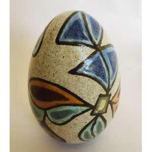 F.B.- Brennand<br />Ovo<br />Cerâmica vitrificada, pintada a mão.<br />Med: 17 x 11 cm<br />(...) No trabalho de Brennand, os ovos de argila estão sempre presentes, depositados como um emblema de imortalidade. O ovo simboliza o que é potencial, o germe da geração, o mistério da vida. O ovo do mundo, símbolo cósmico que se encontra na maioria das tradições culturais de todos os povos.(...)