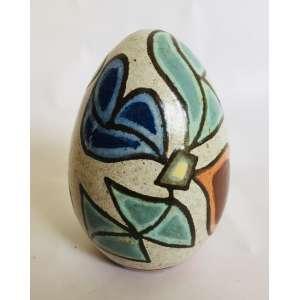 FB. - Brennand<br />Ovo<br />Cerâmica vitrificada, pintada a mão.<br />Med: 17 x 11 cm<br />(...) No trabalho de Brennand, os ovos de argila estão sempre presentes, depositados como um emblema de imortalidade. O ovo simboliza o que é potencial, o germe da geração, o mistério da vida. O ovo do mundo, símbolo cósmico que se encontra na maioria das tradições culturais de todos os povos.(...)