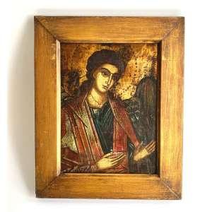 ÍCONE ARCANJO GABRIEL. Pintura em têmpera, e folha de ouro sobre madeira.RUSSIA , SÉCULO XIX. Medidas: 30 x 36 cm.<br /><br />SIGNIFICADO: Deus é poderoso; Spiritus Sanctus superveniet in te<br />No Cristianismo Ortodoxo Oriental, o dia seguinte a FESTA DA ANUNCIAÇÃO, torna-se a SYNAXISDO ARCANJO GABRIEL, O ANJO DA ANUNCIAÇÃO. <br />ICONOGRAFIA: Como os Anjos são seres incorpóreos, embora assumam a forma humana quando aparecem para a humanidade, pode ser difícil diferenciar um do outro em ícones.<br />No entanto, Gabriel geralmente é retratado com certas características distintas. Ele normalmente usa roupas azuis ou brancas; ele segura um lírio (representando o Theotokos), uma trombeta, uma lanterna brilhante, um ramo do Paraíso apresentado a ele pelo Theotokos, ou uma lança em sua mão direita e muitas vezes um espelho - feito de jaspe e com um Χ (o primeira letra de Cristo (Χριστος em grego) - em sua mão esquerda.<br />Ele não deve ser confundido com o Arcanjo MIGUEL, que carrega espada, escudo, galho de tamareira e, na outra mão, uma lança, estandarte branco (possivelmente com cruz escarlate) e tende a usar vermelho. A missão específica de Michael é suprimir os inimigos da verdadeira Igreja (daí o tema militar), enquanto a de GABRIEL é anunciar a salvação da humanidade.