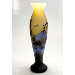 EMILE GALLÉ - FRANCE <br />1846 / 1904, Nancy<br />CAMEO GLASS- <br />Floreiro em Pâte de Verre(Pasta de vidro), degradê do amarelo ao azul figurando paisagem. Assinado Gallé. <br />Medidas: 30x9x9cm.<br /><br />Vitralista e ebanista francês, foi um dos expoentes da art nouveau. Trabalhou com vidros opacos e semitransparentes, ganhando fama internacional pelos motivos florais. Em termos de mobiliário reinaugurou a tradição da marchetaria. A principal temática de seus artefatos são flores e folhagens, realizadas em camadas sobrepostas de vidro, técnica por ele desenvolvida, trabalhando com maestria a opacidade e translucidez do material. <br />Uma produção de fins de século XIX e início do Século XX, traz especificamente paisagens tropicais, como nesta peça.<br /><br />Em 1878, Gallé foi contratado como perito no departamento de plantas da Exposição Universal de Paris. Neste mesmo ano conseguiu o triunfo na Exposição Universal de Paris com um vidro que despertou muito interesse - o clair de lune, assim chamado em razão do seu tom de safira resultante da adição de óxido de cobalto.