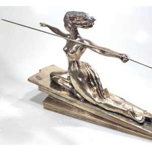 Marcel-André BOURAINE & ETLING - PARIS.<br />Pontoise 1886 - Paris 1948<br />Escultura em bronze polido<br />30 X 57,5 X 12 cm. Base: 45 cm.<br />Amazone - Circa 1925<br /><br />Importante escultor, estudou com Joseph-Alexandre Falguière. <br />Foi capturado pelos alemães durante a Guerra de 1914-1918.<br />Expôs no Salon des Tuileries em 1922. <br />Atuou na Societe des Artistes Francais e no Salon d'Automne de 1923. <br />Membro dos Stele and Evolution Groups. <br />Apartir de 1928, junto com Pierre Le Faguays, trabalhou para: Susse Freres, Etling, Arthur Goldscheider e Max Le Verrier.<br />Em 1937, participou na Exposição Internacional de Paris com duas Esculturas Monumentais.<br /><br />Bibliografia:<br />Bryan Catley, Art Deco e outras figuras, Antique Collectors 'Club, Woodbridge, 1978, modèle référencé et reproduit p. 52.<br /><br />Obras em exposição no Museu Hermitage<br /><br />Cotações internacionais superiores a US$ 4.000<br />