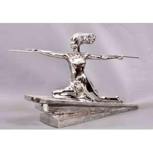 Marcel-André BOURAINE(Pontoise 1886 - Paris 1948)<br />ETLING - PARIS.<br />Escultura BRONZE - NICKEL.<br />30 X 57,5 X 12 cm. Base: 45 cm.<br />Amazone - Circa 1925<br /><br />Importante escultor, estudou com Joseph-Alexandre Falguière. <br />Foi capturado pelos alemães durante a Guerra de 1914-1918.<br />Expôs no Salon des Tuileries em 1922. <br />Atuou na Societe des Artistes Francais e no Salon d'Automne de 1923. <br />Membro dos Stele and Evolution Groups. <br />Apartir de 1928, junto com Pierre Le Faguays, trabalhou para: Susse Freres, Etling, Arthur Goldscheider e Max Le Verrier.<br />Em 1937, participou na Exposição Internacional de Paris com duas Esculturas Monumentais.<br /><br />Bibliografia:<br />Bryan Catley, Art Deco e outras figuras, Antique Collectors 'Club, Woodbridge, 1978, modèle référencé et reproduit p. 52.<br /><br />Obras em exposição no Museu Hermitage<br /><br />Cotações internacionais superiores a US$ 4.000<br />REFERÊNCIAS: https://www.artsy.net/artwork/marcel-andre-bouraine-an-art-deco-cold-painted-bronze-group<br />