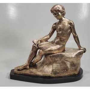 GUSTAVE DUSSART (FRANCE - Lille, 1875 - Amiens, 1952)<br />Escultura em bronze assinada. <br />Medidas: 33 X 34 X 16 cm.<br />Aluno de Jean-Léon Gérôme , expôs no Salão de Artistas Franceses a partir de 1899 e aí obteve menção honrosa em 1909. Participou também no Salão de Paris, Lyon e Lille 1 .<br /><br />Suas obras mais conhecidas são os dois grupos que aparecem na fachada principal do Museu Oceanográfico de Mônaco, Le Secours e Le Progrès Coming to Rescue of Humanity, inaugurado em 25 de fevereiro de 1903.<br /><br />https://www.mutualart.com/Artwork/Knabenakt-mit-Buch-auf-einem-Felsen-sitz/FA5B9CD6F5D1E5D9<br />