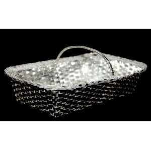 Antiga cesta trançada e filigranada em metal branco com banho de prata. Medidas: 10 x 24 x 14 cm.