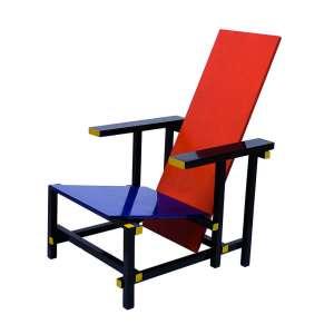 Gerrit Rietveld.<br />Cadeiras Red/Blue, projetadas em 1917<br />Medidas: 85 x 67 x 64 cm.<br />Arremedo fidedigno sem marca de fabricação.<br /><br />A cadeira Red/Blue (vermelha e azul) foi projetada por Gerrit Rietveld, em 1917. Tendo originalmente seu acabamento em madeira, as cores primárias (amarelo, azul e vermelho) e o preto foram atribuídas ao projeto apenas em 1923. A grande popularidade da cadeira provavelmente tenha relação com seu aspecto abstrato e escultural bem expressivo, característica frequentemente manifestada pelo grupo De Stijl naquela época. Como sabemos, De Stijl não era tão somente o nome de uma revista, mas a representação de um grupo de idealistas que buscaram criar uma utopia baseada na ordem humana harmônica, que eles acreditavam que poderia renovar a Europa depois do turbulento período da Primeira Guerra Mundial.Por esse motivo, Rietveld acreditava que o conforto do espírito e o bem estar eram objetivos tão ou mais relevantes para o design de mobiliário do que apenas o conforto físico. Além disso, na preocupação de que sua cadeira pudesse ser produzida em massa e de forma industrial, Rietveld fez o projeto com peças de madeira compatíveis com as dimensões padronizadas disponíveis na época. Nos dias de hoje, a cadeira faz parte do Museu de Arte Moderna MoMA (Museum of Modern Art).<br />Assim como muitas explorações do neoplasticismo, Rietveld projeta essa cadeira criando um jogo abstrato de linhas e planos. O projeto explora essa relação utilizando um plano horizontal inclinado (em azul) e um plano vertical inclinado (em vermelho) que formam o acento, enquanto as linhas, que conformam as barras de madeira, estruturam os planos de forma rigidamente ortogonal. Pode-se dizer que sua versão final se assemelha a algo como um Mondrian tridimensionalizado. <br />Desde 1973, a Red/Blue é produzida pela Cassina, que também tem a licença para fabricar outros móveis icônicos de Rietveld: a cadeira Zig Zag, a poltrona Utrecht e a mesa lateral Schröd