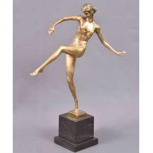 Art Deco<br />Bailarina<br />Escultura em bronze com base em granito. <br />Medindo: 51 x 38 x 20 cm. <br />Base: 11 x 11 cm.<br />Peso 5 kg.